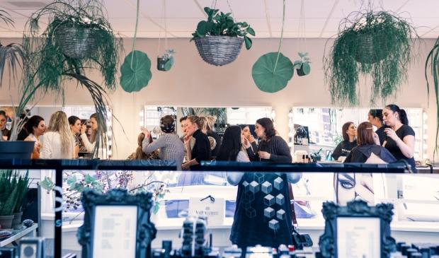 <p>studenten aan het werk bij Feel Good makeup academy</p>