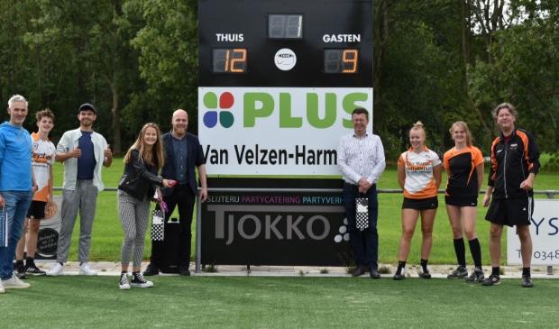 <p>Groepsfoto met aan de directe zijden van het scorebord, links Michael de Bruijn en rechts Harold van Velzen namens PLUS van Velzen</p>
