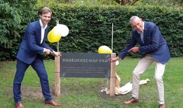 <p>Wijkwethouder Maarten van Ooijen en procurator van de Broederschap Henny Smorenburg onthullen het herinneringsbord</p>