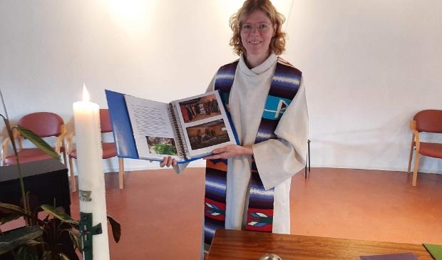 Ds Marije Karreman ontvangt jubileumboek Testament 2020