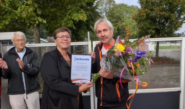 <p>Voorzitter Paul Mensink, wethouder Hetty Veneklaas en coach Johan Volmer </p>