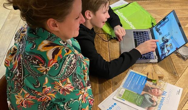 Ouder en kind bezoeken de online informatiemarkt van Wellantcollege