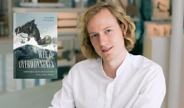 Alexander van de Bunt met de cover van zijn boek 'Wee de overwonnenen'