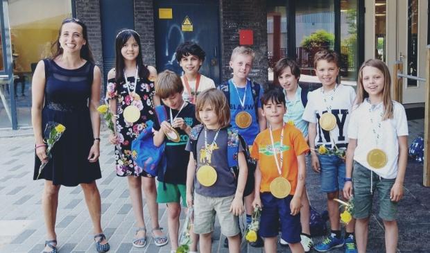 De winnaars inclusief teamcoach Simona Karbouniaris