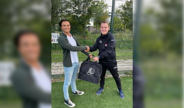 links (eigenaar van JTW projecten en sponsor Twan van den Top en rechts Joey van Beek (hoofdtrainer van PVCV J014-2