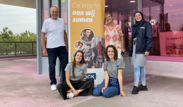 <p>an Bloemkolk, Ank van Engelen en Saida Marouf<br>Zittend links Charie van Engelenburg en rechts stagiaire Pippi Brouwer.<br><br></p>