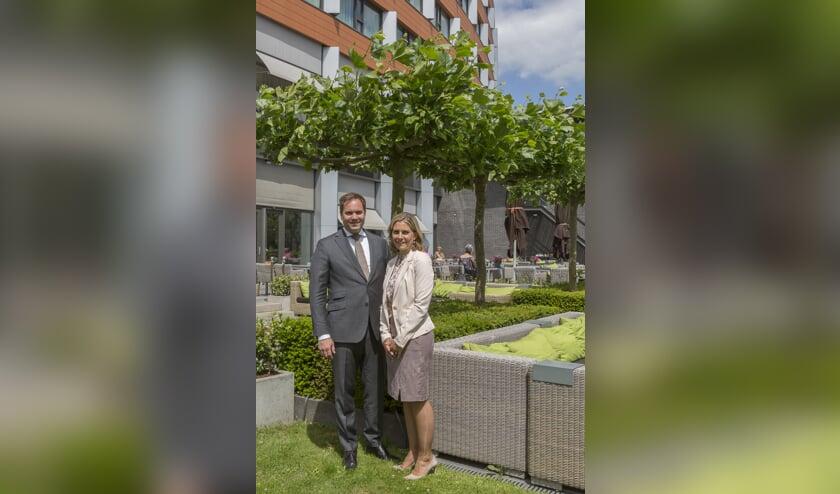 Freek en Krystle van der Valk voor hun hotel.