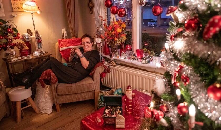 Monique van Gool in haar 'kersthuis'.