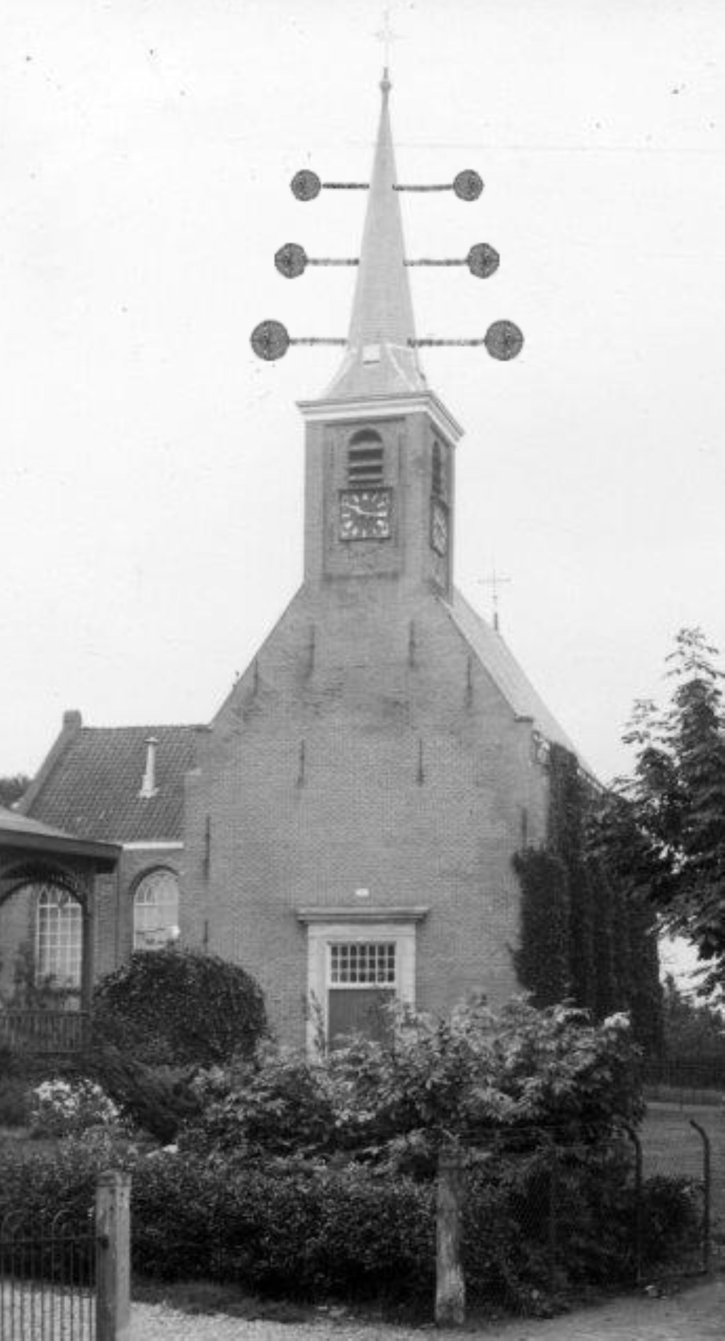 Zo moet de Dorpskerk van Barendrecht er van 1831 tot 1840 uitgezien hebben. Met de Optische Telegraaf van Lipkens op de torenspits. (fotomontage: Historische Vereniging Barendrecht)  © Baruitgeverij
