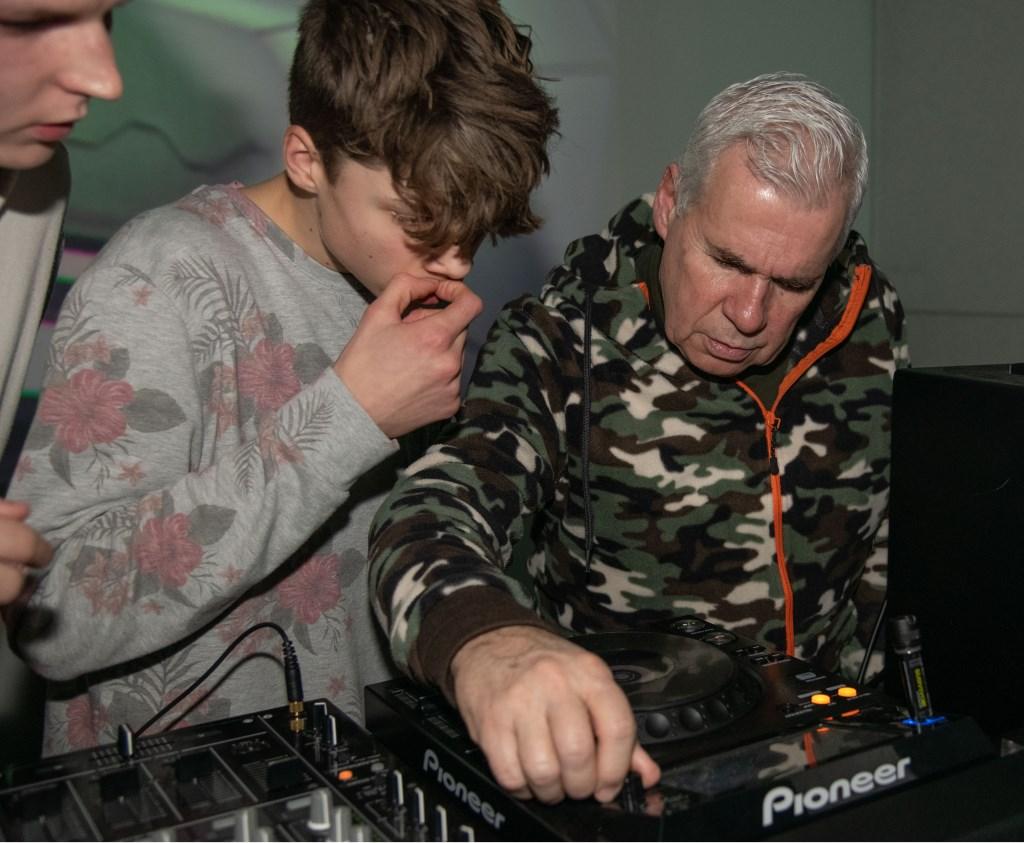 DJ Toon Vengossie aan de knoppen.   © Baruitgeverij