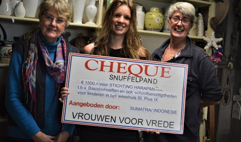 Elianne Vlasblom nam de cheque voor Harapan in ontvangst