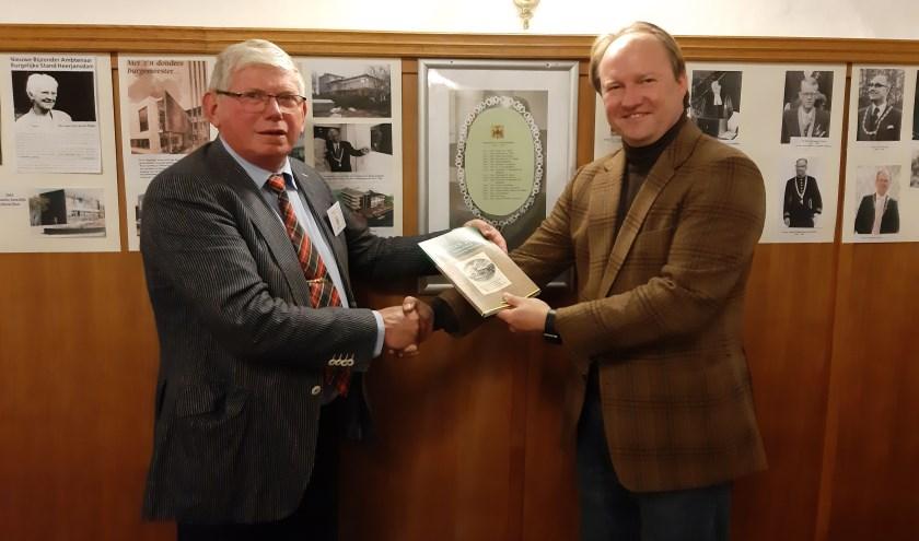 Burgemeester Hein van der Loo (rechts) nam het boek in ontvangst.