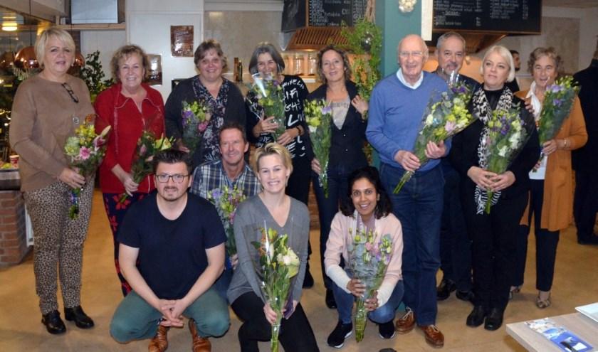 De tien mantelzorgers en Betty, Sunita en Nine van De Toekomst. Tweede van links staand Betty Guys en eerste van links zittend Cengiz Tutar, voorzitter van PvdA Barendrecht.