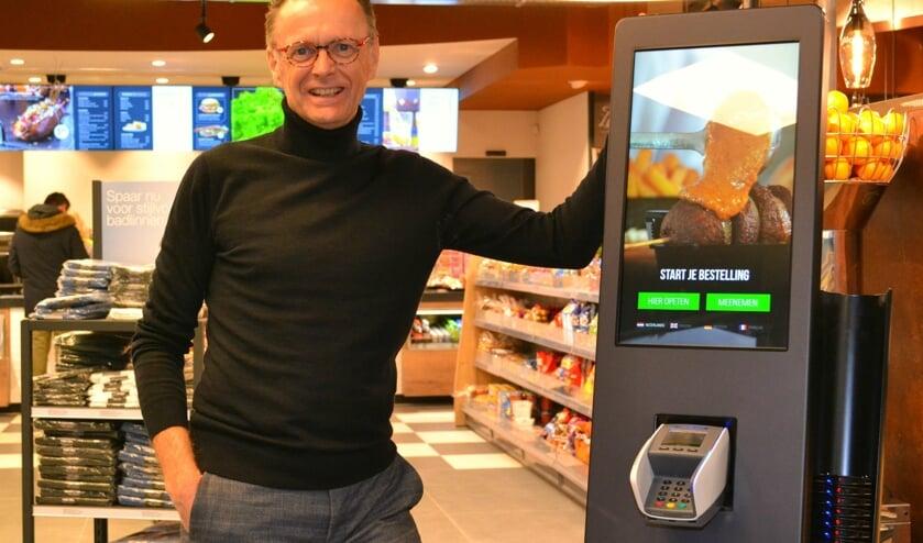 Gerard Verveer bij de bestelzuil in de shop. Eén van de vele vernieuwingen.