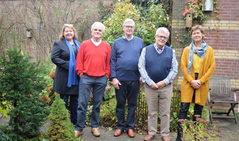 De initiatiefgroep (v.l.n.r.) Arianne Ripmeester, Rob Burgerhout, Wim Kooiman en Hans van Gameren met Sophieke Klaver van Stichting Knarrenhof