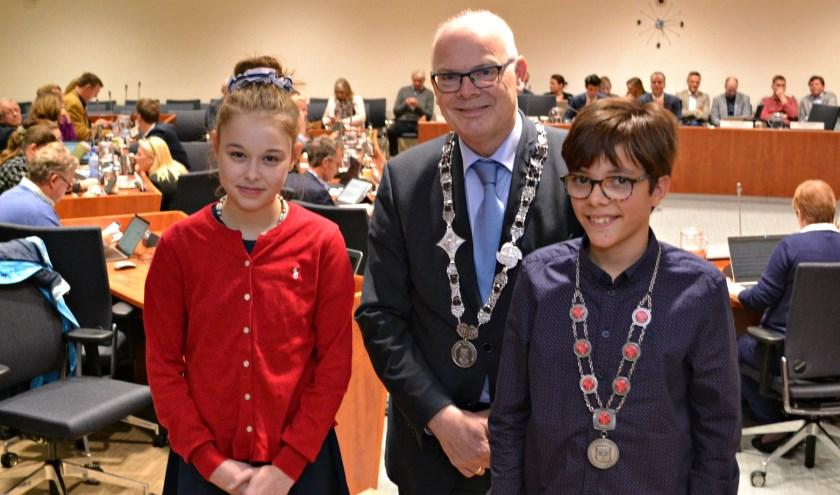 Anaïs Swirc, burgemeester Jan van Belzen en kinderburgemeester Maas van der Graaf.