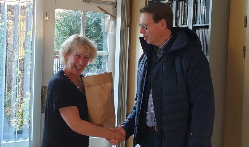 Mevrouw Laging werd door SGP-ChristenUnie raadslid Martijn van Meppelen Scheppink bedankt voor haar mantelzorg werk.