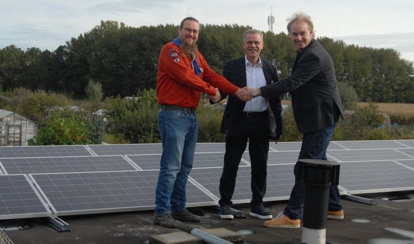 De zonnepanelen werden met een handdruk van de cooperatiefondsleden Wouter Gorter en Co van Hengel symbolisch aan de leiding van de Scouting Ooievaargroep overhandigd.