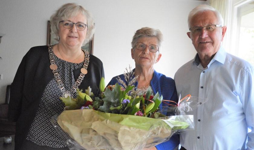 Het echtpaar Knikkenberg werd in de bloemen gezet