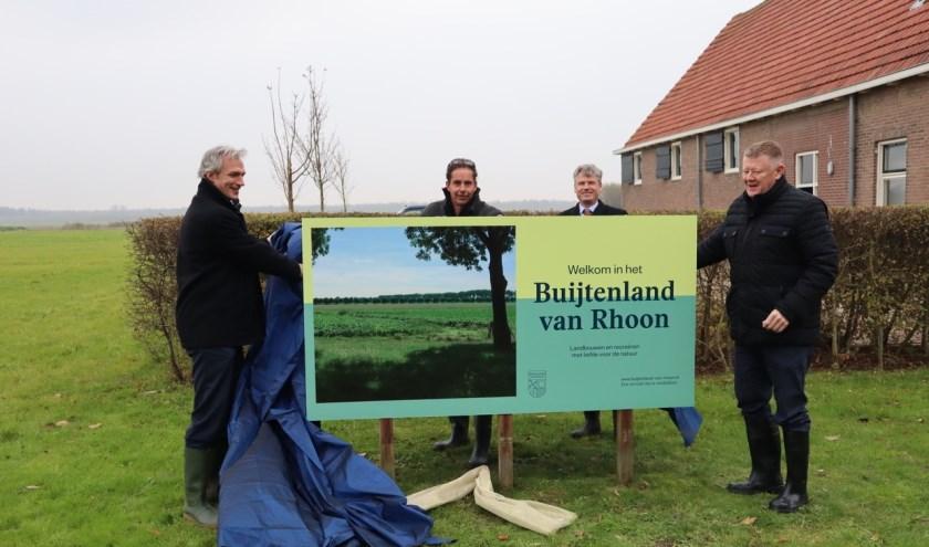 Het eerste welkomstbord om bekendheid te geven aan het Buijtenland van Rhoon is geplaatst.