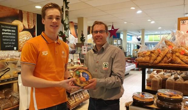 Rogier Dorsman ontvangt de eerste appeltaart van Remco Klootwijk (SPAR).