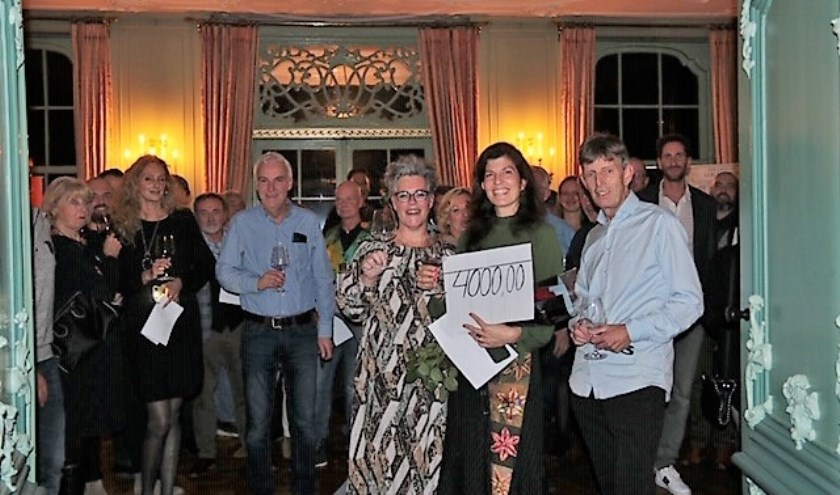 Catharina Groeninx van Zoelen ontving de cheque van Jan en Monique den Boef