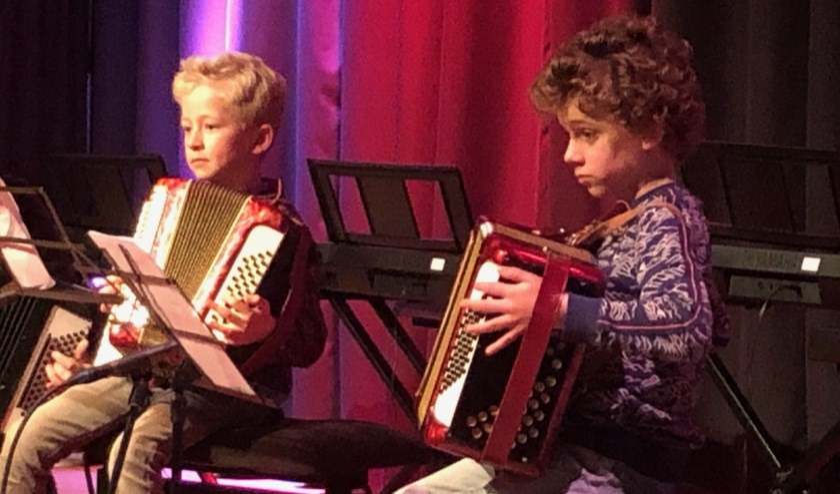 Troy van der Leije en Mats Verwijs tijdens hun podiumdebuut bij CultuurLocaal. (foto Hanneke Meijer)