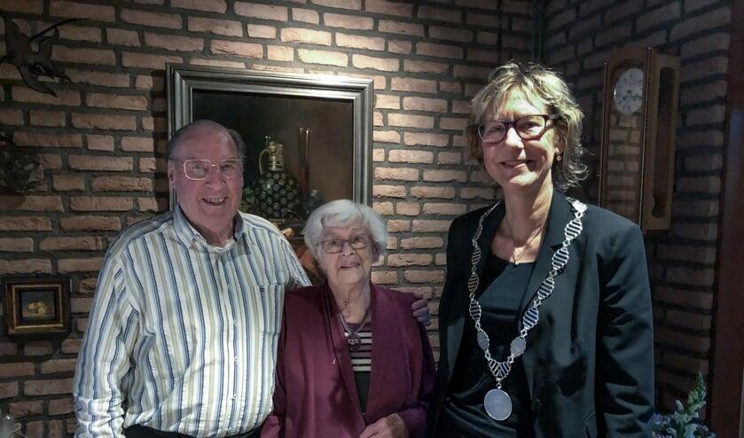 Burgemeester Jolanda de Witte bezocht het bruidspaar Dijkstra.