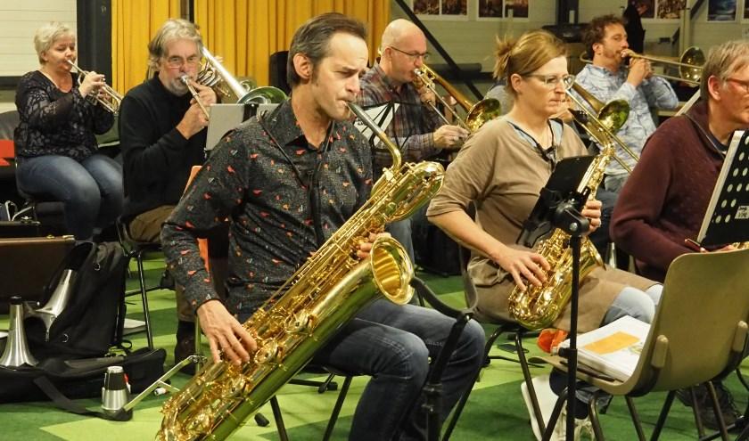 In de Bigband zijn vijf saxofoons aanwezig.