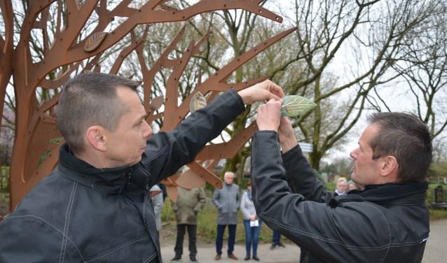 Er werden 27 bladen aan de gedenkboom bevestigd