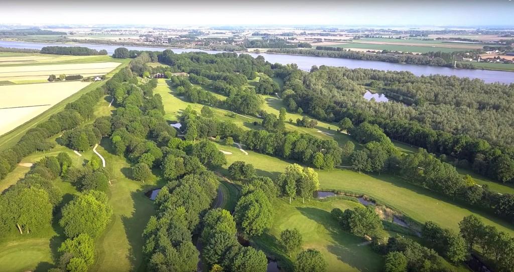De indrukwekkende golfbaan in Rhoon. Op de achtergrond de Oude Maas.  © Baruitgeverij
