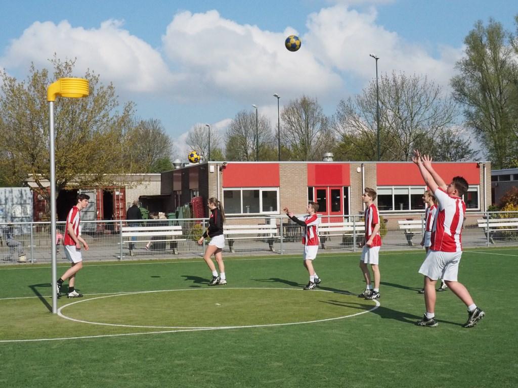 Ingooien voordat de wedstrijd begint.  © Baruitgeverij