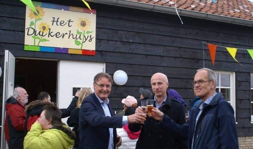 Wethouder Peter Luijendijk, Jan-Hein Engelen en Kees Silvis proosten op het nieuwe onderkomen.