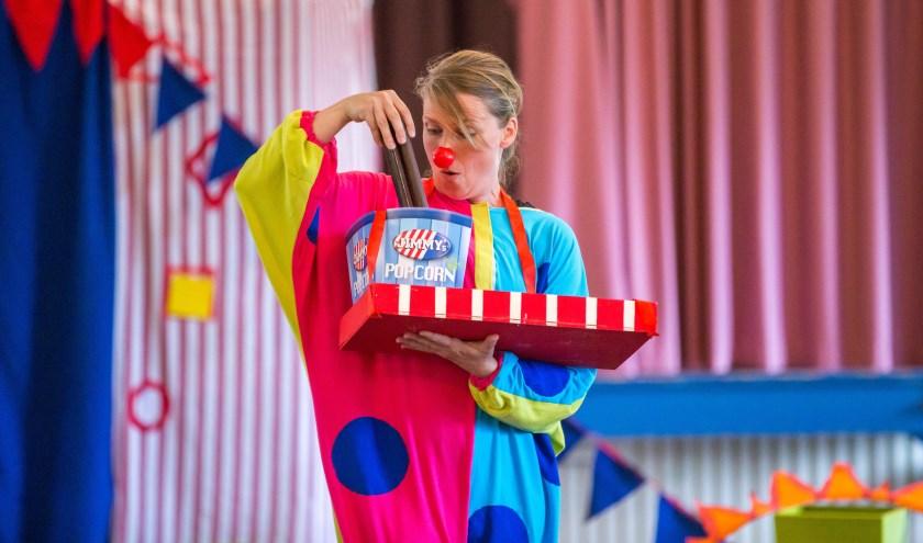 Clowntje Tiereliet (Melissa Kramer) zoekt naar zijn blauwe stip. Foto: Marieke de Vries