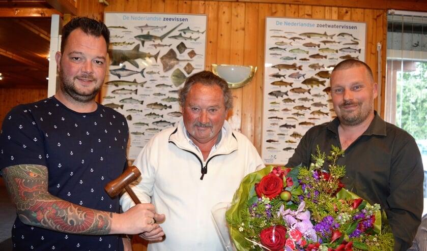 Piet den Boer gaf de hamer door aan Jan van der Wulp en kreeg bloemen van Henk van Os