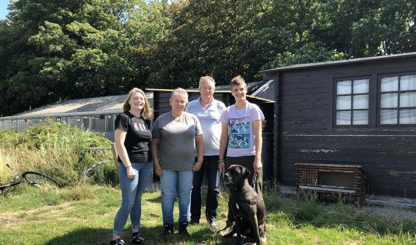Jamie, Sabine, Sjaak en Davy zetten zich met hart en ziel in voor de honden en katten.