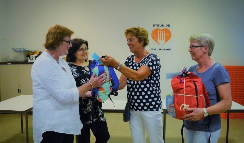 Namens het IDB overhandigden Marian de Vree en Heleen Zellmann de tassen aan Wilma Bracké en Kasja Vervloet van de Voedselbank
