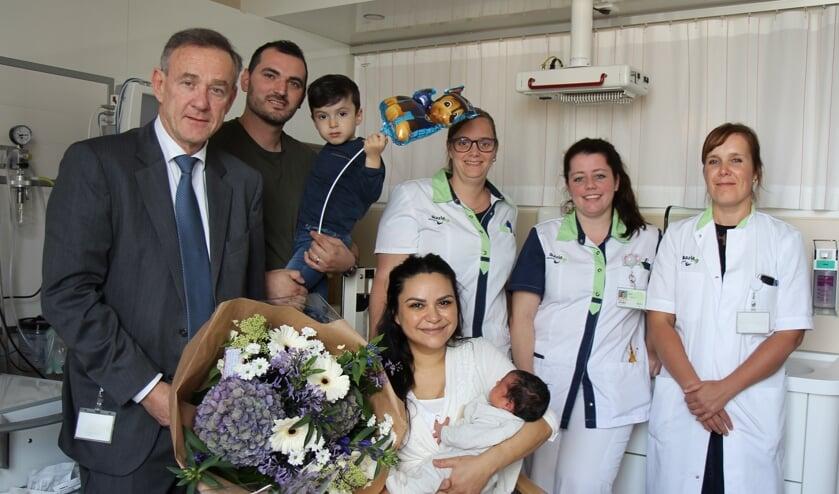 Van links naar rechts algemeen directeur de heer Kievit, familie Öksüz, kraamverzorgende Jolinda Scherpenisse, kinderverpleegkundige i.o. Pam Oorebeek en gynaecoloog dr. B. van Ginderen.