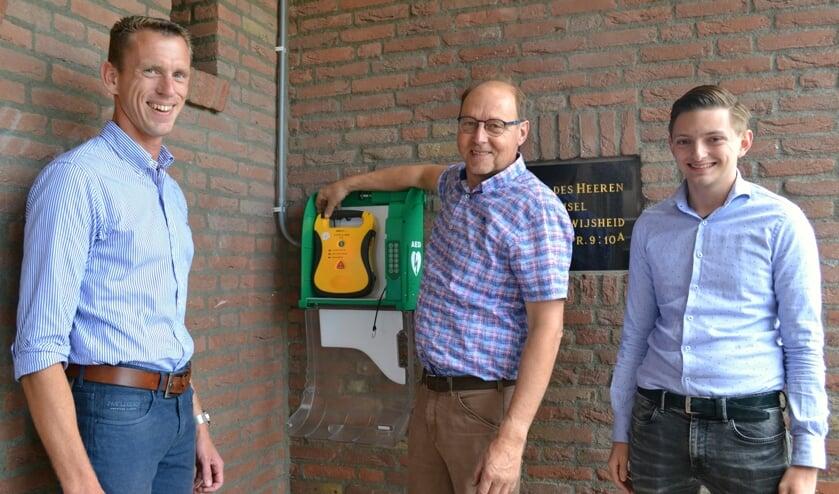 Nico van den Berg, Piet Barendregt en Robin Koch bij de AED.