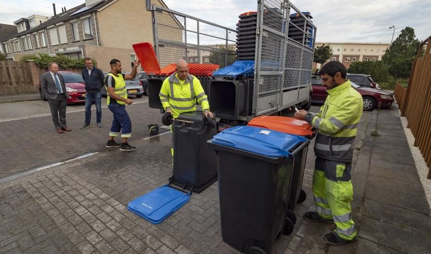 Wethouder Marten Japenga nam dinsdag een kijkje bij het verspreiden van de containers bij woningen in Het Zand.