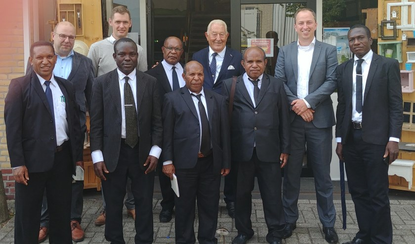 Van links naar rechts: Ds. A. Sunyap, dhr. A. Herrebout (ZGG), dhr. J.K. Kooijman (ZGG), ds. I. Onwe, ds. M. Nekwek, ds. T. Kepno, dhr. J.L van den Heuvel (voorzitter), ds. P. Loho, dhr. G.P. Tronchet (secretaris) en ds. S. Obo.