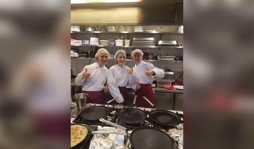 Anne, Myrthe en Tess in de keuken van het pannenkoekenhuis.