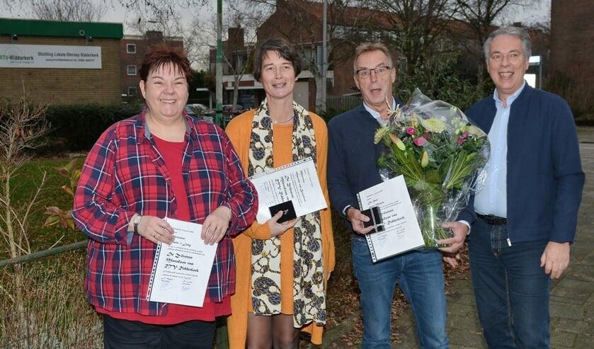 Hans Magito overhandigde zilveren microfoons aan Roelie 't Jong, Marieke van Beuzekom, Hans Muntz