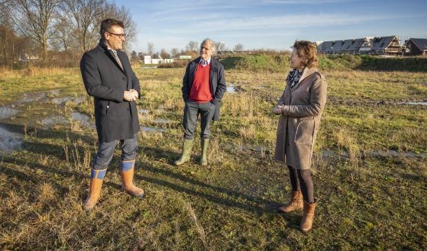 """<p pstyle=""""Platte tekst"""">Wethouder Oosterwijk (l) bekijkt de toekomstige bouwlocatie.</p>"""