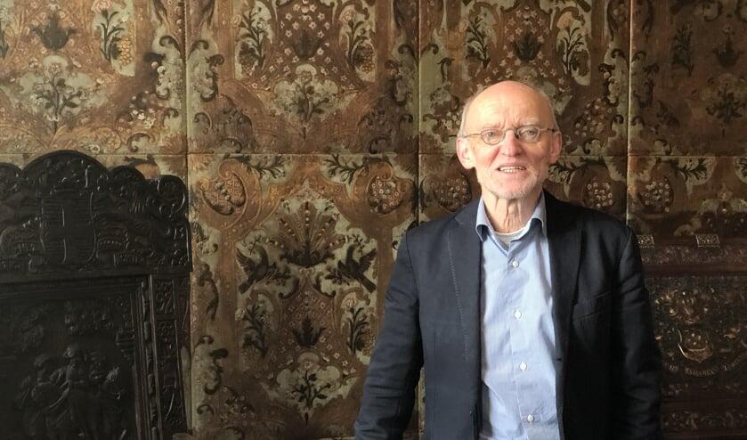 Aart de Jong is een van de vrijwilligers die rondleidingen in het kasteel geeft.
