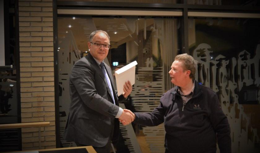 Corine Stolk overhandigde de petitie aan commissievoorzitter Kees van der Duijn Schouten