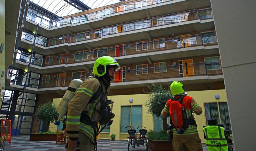 De brandweer controleert na een keukenbrandje aan de Boksdoornstraat (foto Dennis van Wingerden)