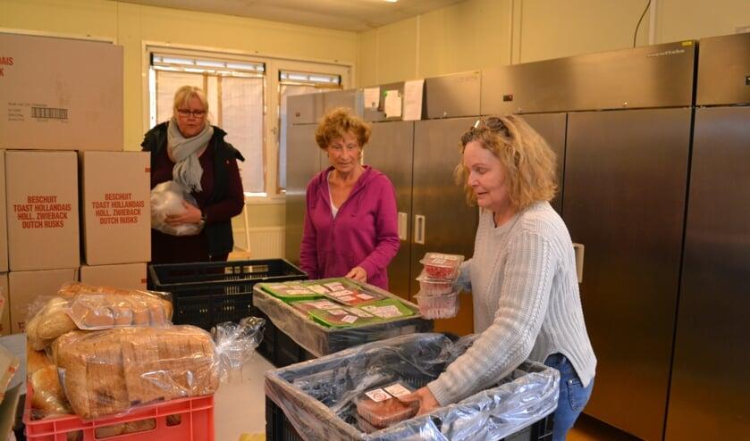 Medewerkers van de Voedselbank stellen pakketten samen voor de klanten.