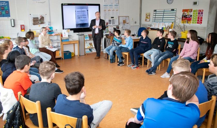Wethouder Marco Goedknegt gaf vorig jaar een gastles bij De Parel.