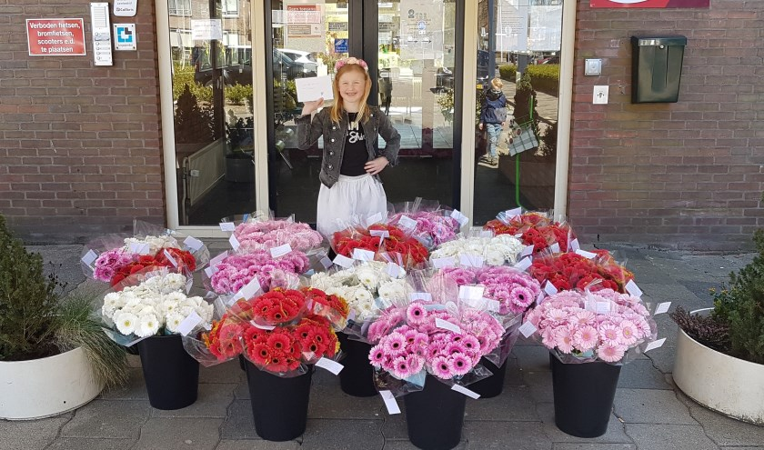 Mila met haar bloemen voor de ingang van Borgstede.